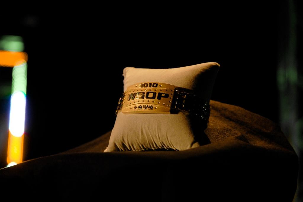Il braccialetto di Peter Eastgate:  simbolo e strumento di beneficenza