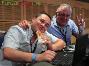 Michele Cusumano fa uno spuntino in compagnia dell'amico Giorgio Passalacqua al PPTour di Malta del 2013