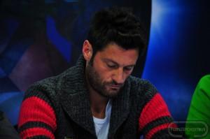 Filippo Bisciglia concentratissimo al tavolo: riuscirà ad evitare l'eliminazione, oggi??