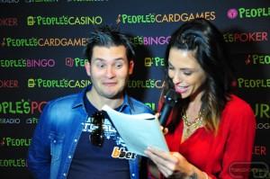 """Gianluca Cabitza tenta di rispondere alle domande del """"People's Poker Quiz"""", proposto dalla nostra splendida madrina Pamela Camassa durante la tappa del PPTour di Saint-Vincent"""