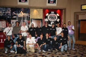 Michele Peralta, terzo in piedi da sinistra, immortalato nella hall del RIO con una piccola parte della cordata People's alle WSOP di Las Vegas del 2011